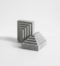 HATTA, betonová zarážka na knihy